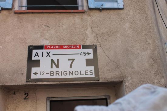 Tous aux mêmes moments, les français voyagent vers la côte d'Azur