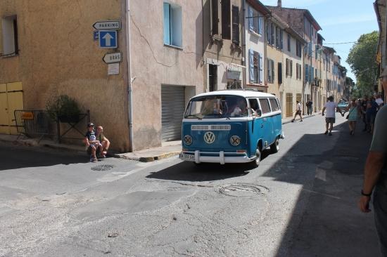 Le fourgon Volkswagen des vacances en camping