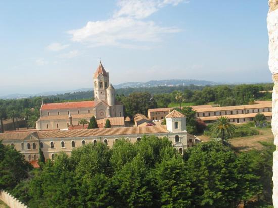 Le cloître actuel, vu du Fort de St Honorat