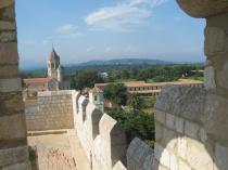 le Fort et le cloitre où les moines cisterciens vivent aujourd'hui