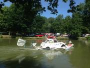 La 2cv imaginée navigant sur le lac